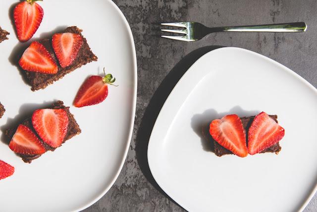 Brownies mit Chia Samen und Erdbeeren