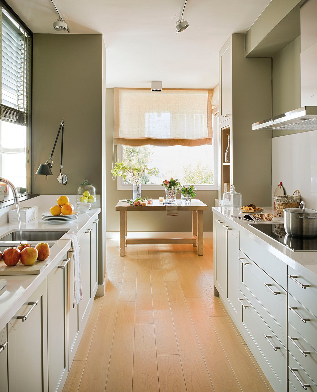 Decotips una cocina larga y estrecha no es problema for Mesa cocina estrecha