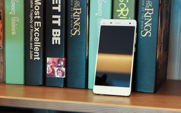 Xiaomi-Mi-4-aside-a-bookshelf