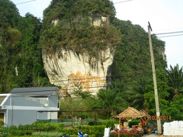 каменные выступы на острове