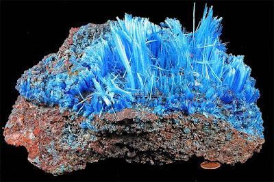 calcantita mineral natural en matriz