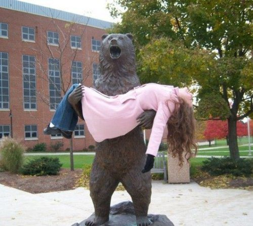 прикол с памятником медведю