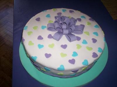 Tarta con lazo violeta