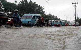 Kemacetan pun terjadi akibat banjir karena kendaraan tidak bisa melintas