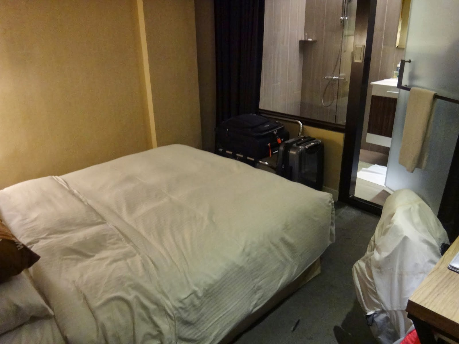A small comfortable and clean double bed room including  free snacks and coffee at Via Hotel is what you need to shower and sleep after your day walk around Taipei, Taiwan