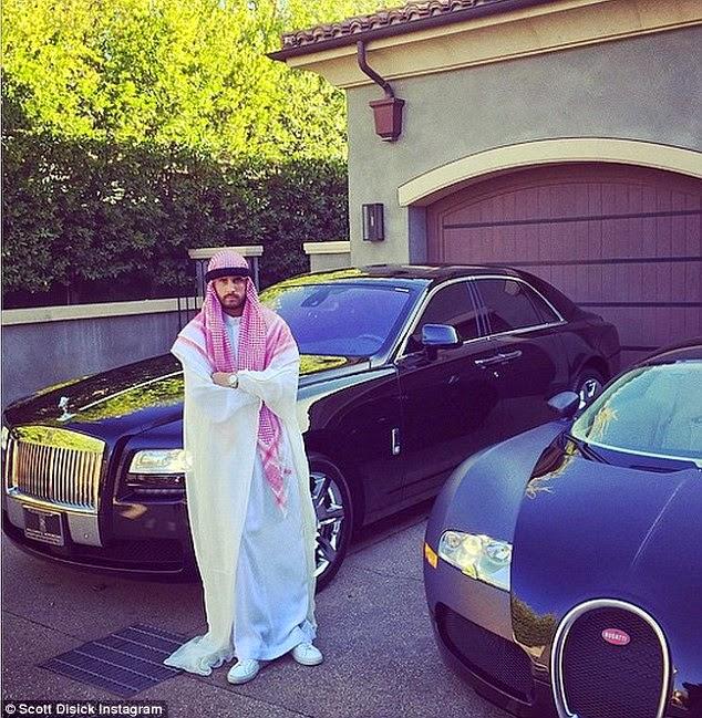 عاصفة من الانتقادات بعد نشر كلوي كاردشيان صورة زي صديقها سكوت ديسيك باللباس العربي!