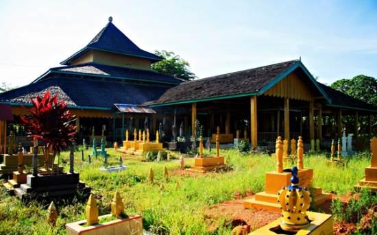 Makam Kesultanan Batu layang tempat wisata di pontianak