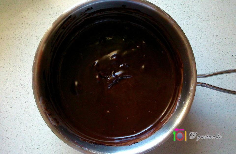 Preparamos el relleno con nata líquida y chocolate