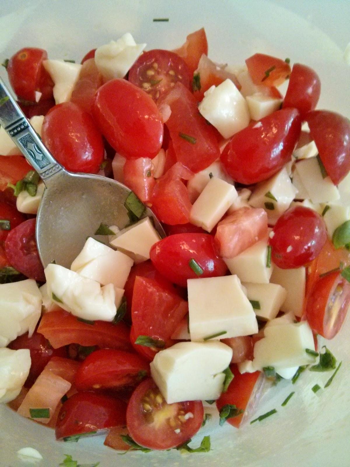 salade de tomates cerises et de fromage en grain. Black Bedroom Furniture Sets. Home Design Ideas