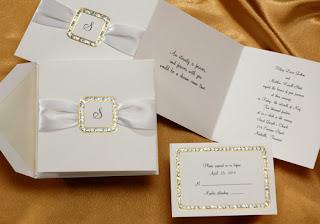 Convite simples e tradicional, na cor branca.