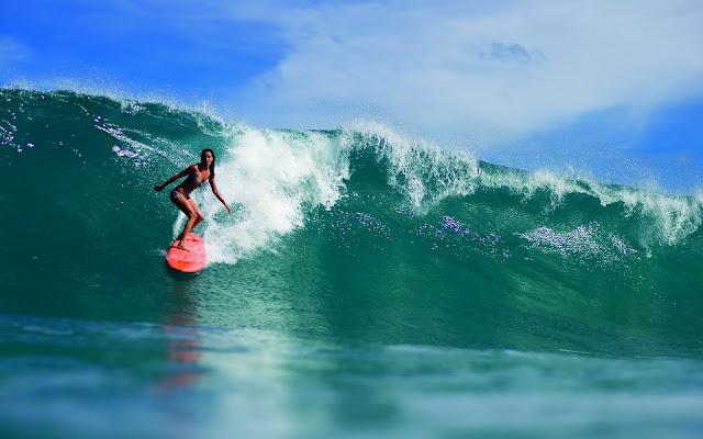 vrouw surfplank surfen golf achtergrond
