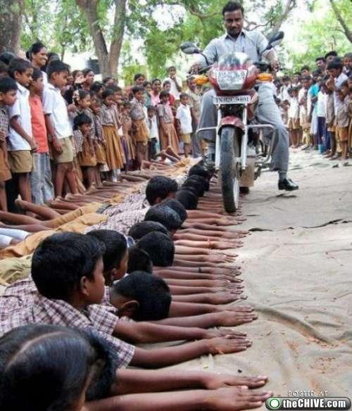 Anak SD Di india tangan nya Di Lindas Motor Karna Mencuri