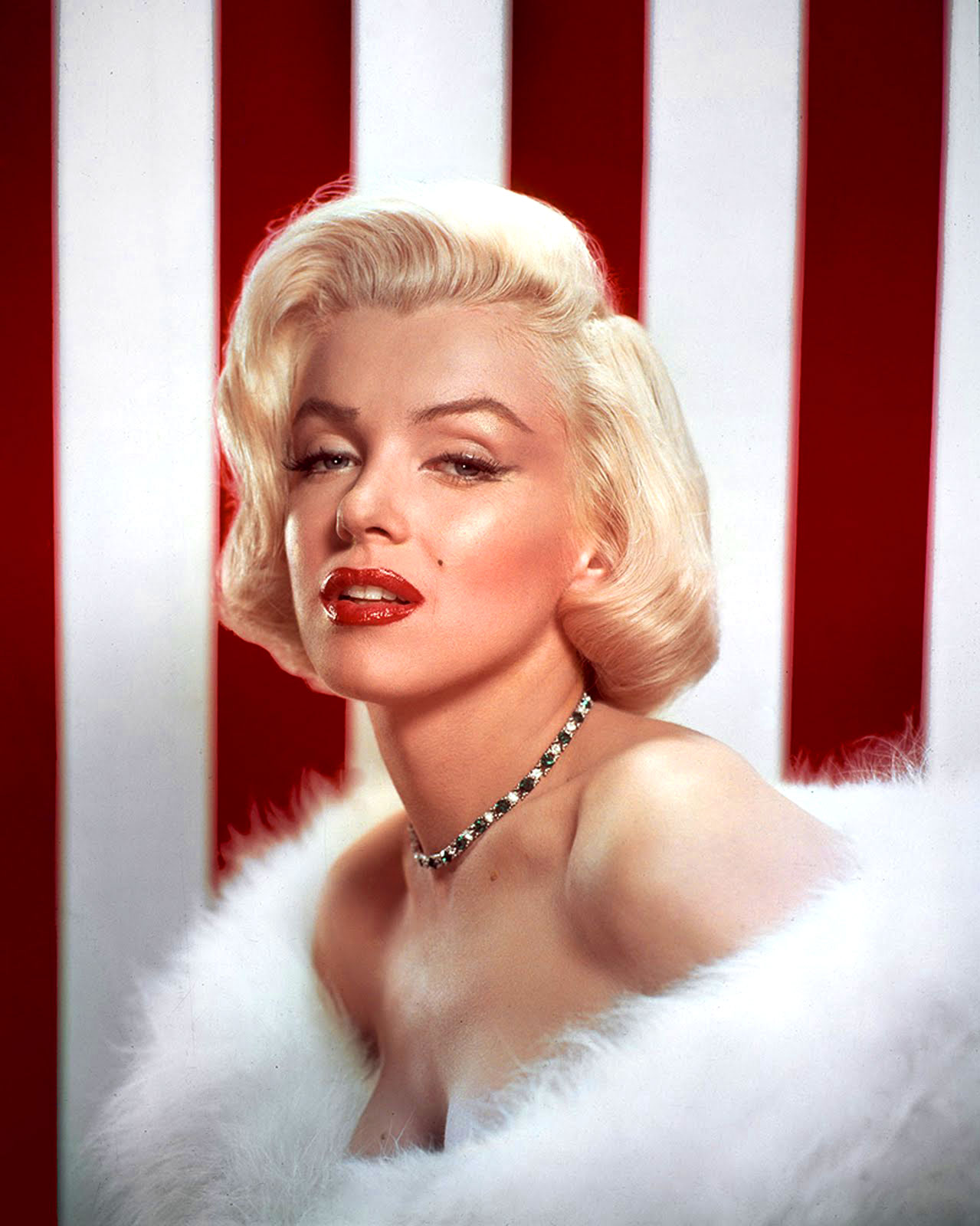 http://2.bp.blogspot.com/-DySajMCmxZQ/T5EdiEfmQWI/AAAAAAAAPPI/7db2mm8ijbw/s1600/Marilyn-Monroe-American-Flag.jpg
