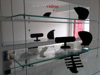 foto de prateleira de vidro suspensa com cabo de aço.