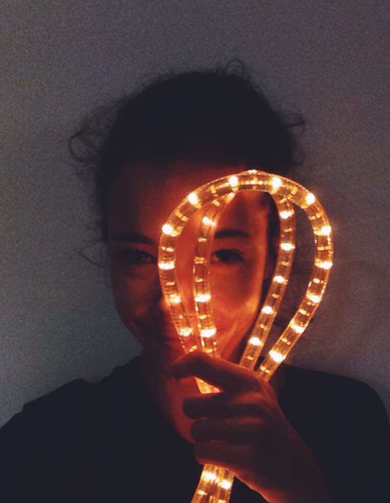 Menina com luzes