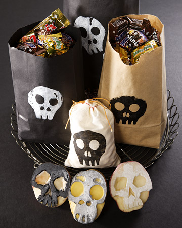 if you are planning to send halloween treats to your childs class or you need halloween party favors for your guests check these out - Diy Halloween Favors