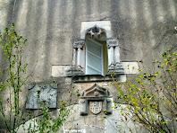 Detall de l'escut i la finestra sobre el portal del Mas Avel·lí