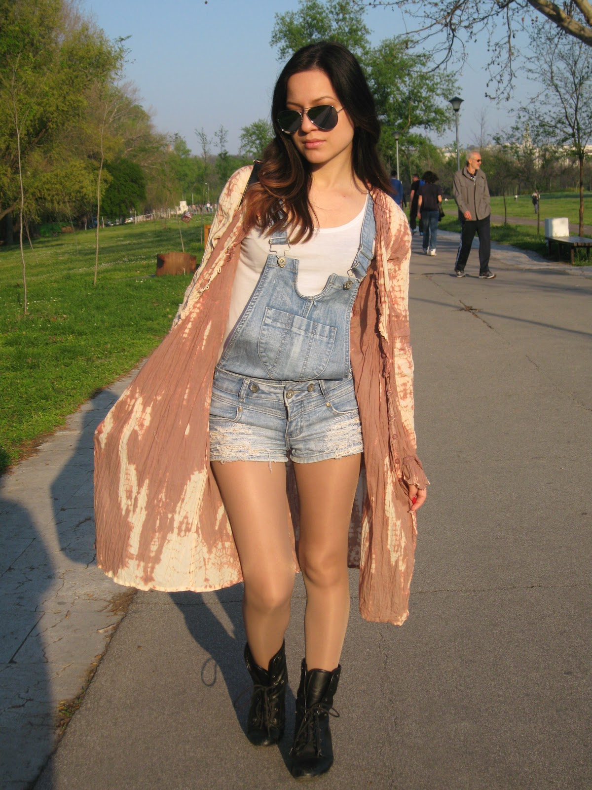 spring festival inspired look, spring festival outfit, denim overall, aviator sunglasses, loose curls, long tie dye cardigan, black boots