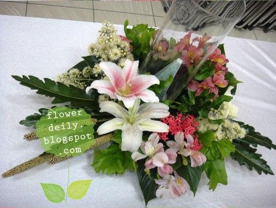 Decoración floral con paniculata, verde, margaritas y algo de rosa (lilium) 14