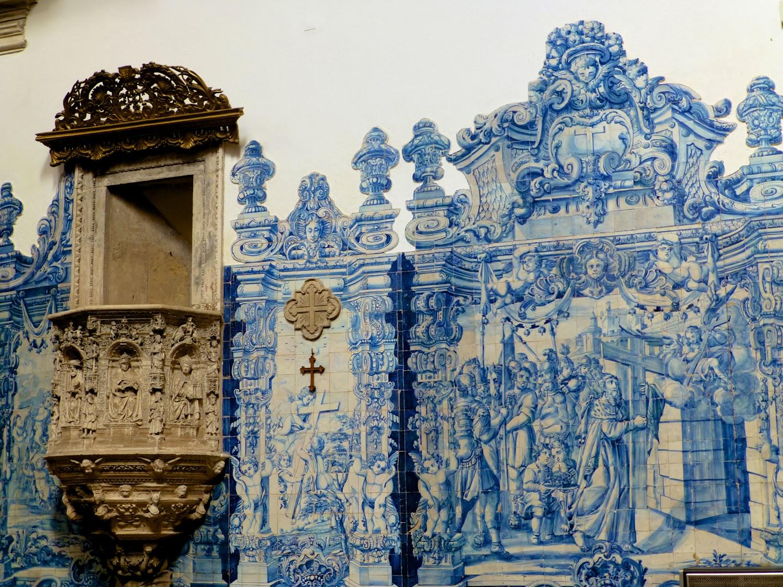 Iglesia de la Santa Cruz, decoración de azulejos