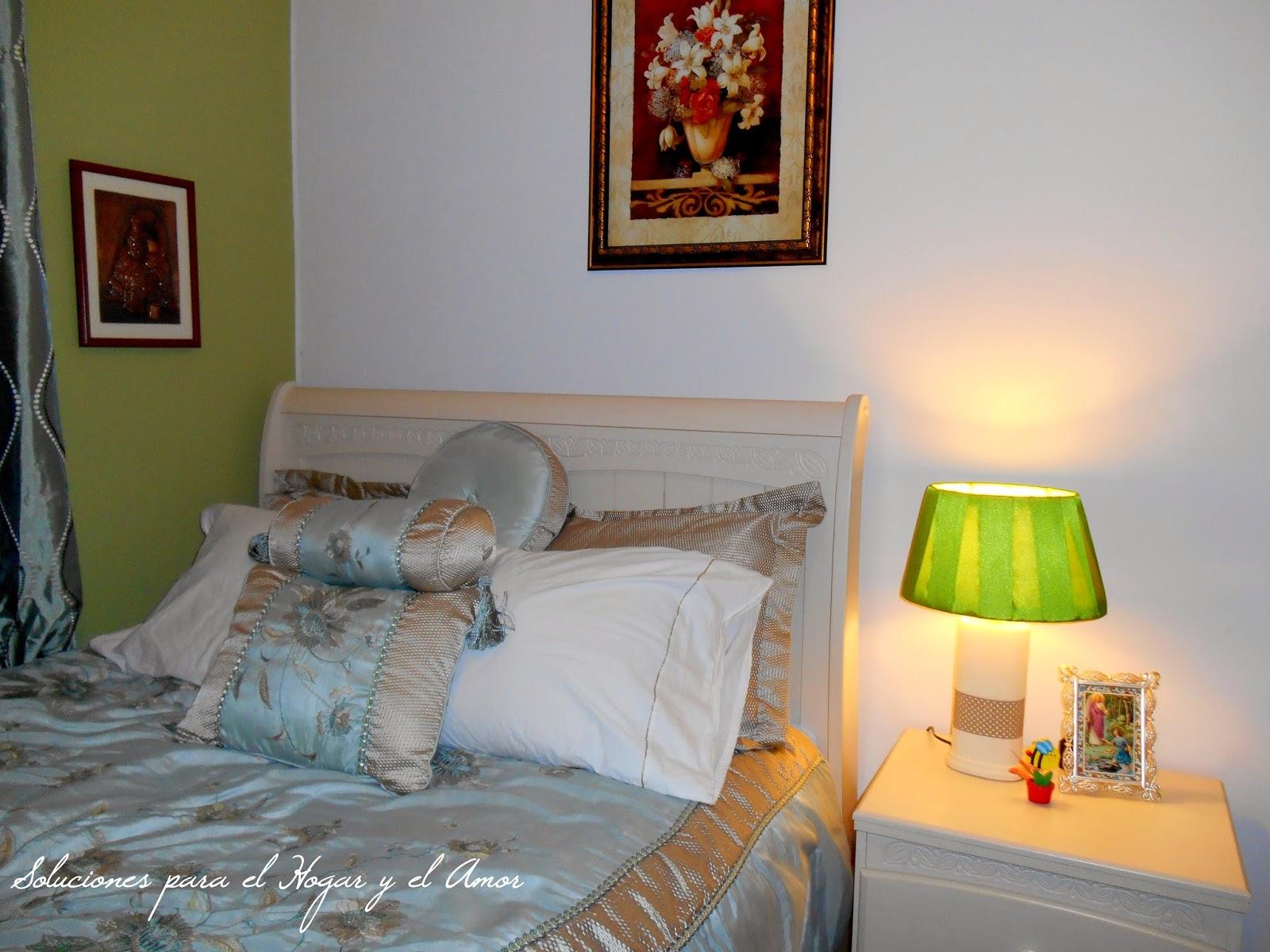 decoración de interiores, pared verde como acento, lámpara de pantalla verde pistacho como acento en la decoración de interiores