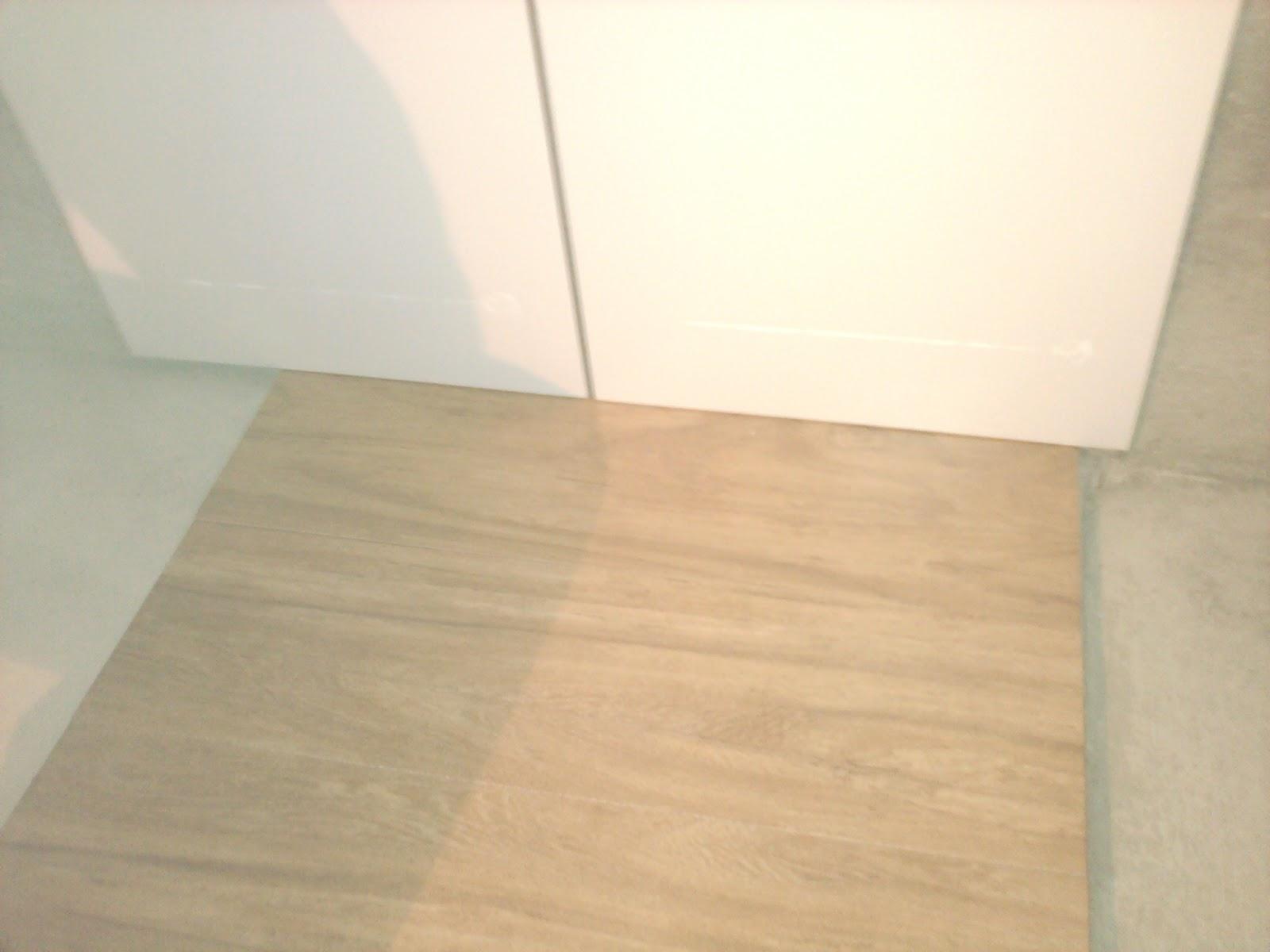 Lili em construção: Começando o banheiro #8F783C 1600x1200 Banheiro Amadeirado