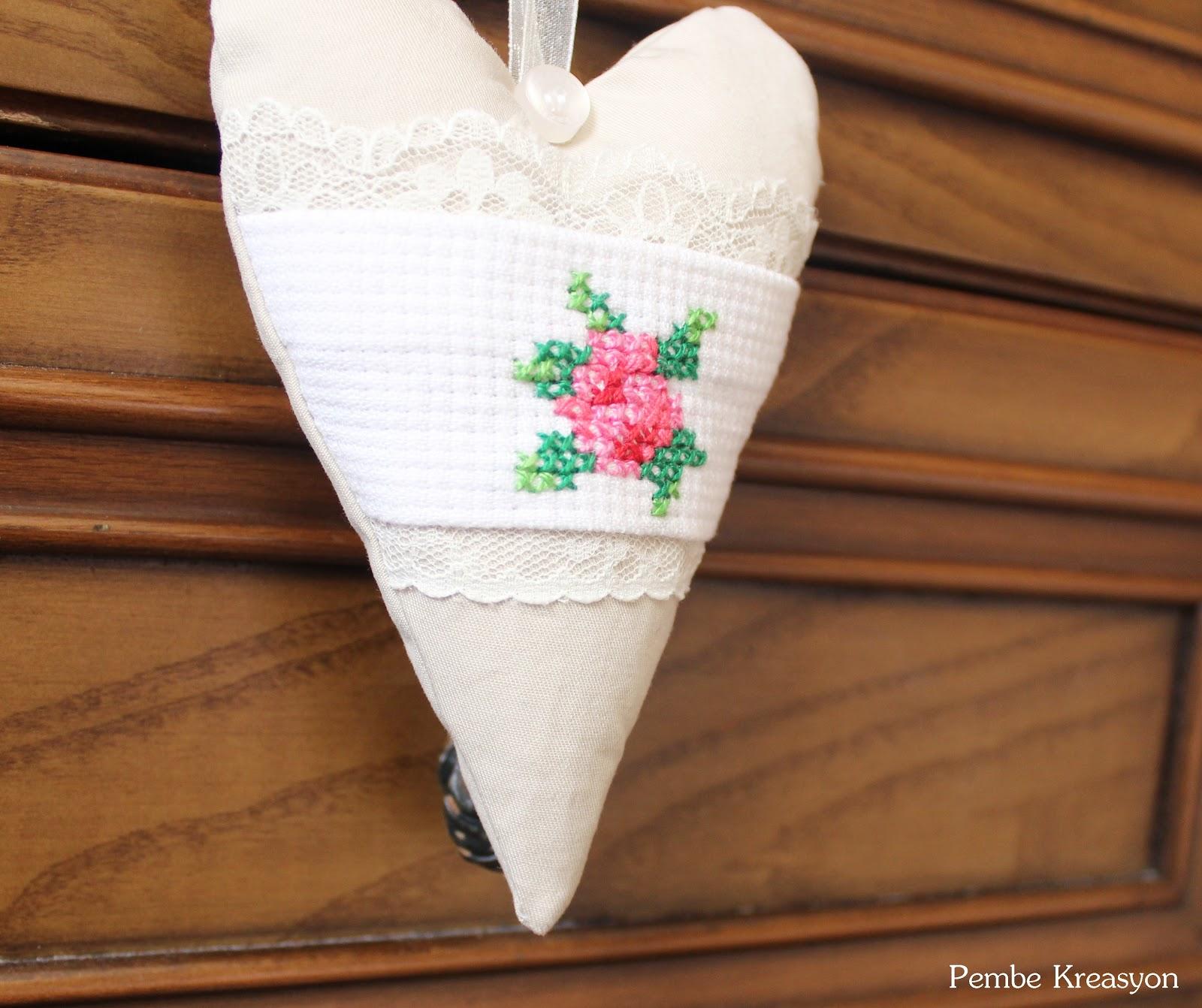 Kalpli gül desenli lavanta kesesi,Kalpli gül desenli lavanta kesesi nasıl yapılır, uzun kalp şablonu-modeli, çarpı işi gül, çarpı işi lavanta kesesi, çarpı işi iğnelik