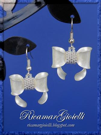Orecchini a fiocco realizzati con lo smalto per unghie e decorati in peyote