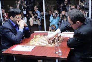 Échecs à Moscou : le champion du monde Vishy Anand avec les Blancs face à son challenger Boris Gelfand - Photo © Chessbase