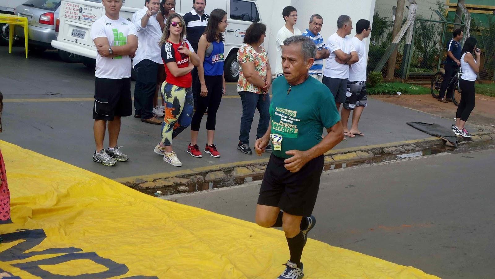 Foto 145 da 1ª Corrida Av. dos Coqueiros em Barretos-SP 14/04/2013 – Atletas cruzando a linha de chegada