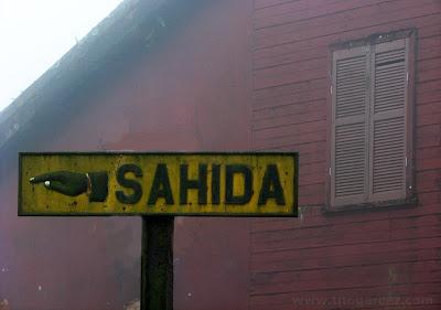 Placa de ferro sinalizando a saída da vila de Paranapiacaba