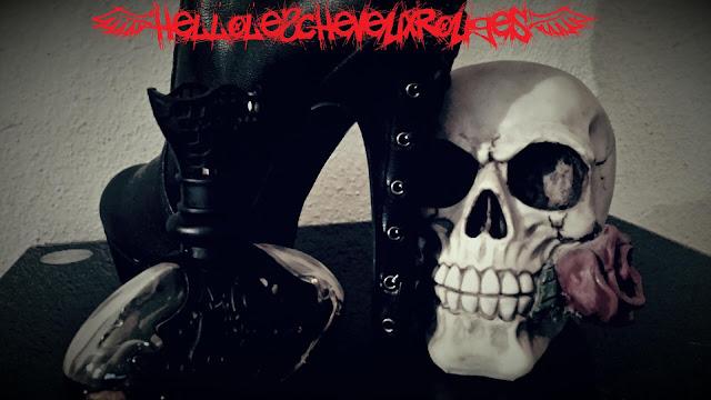 Style Gothique/Rock comprennant chaussure à talon et lacets, une bouteille de parfum gothique, une tête de mort avec une rose dans la bouche www.hellolescheveuxrouges.com