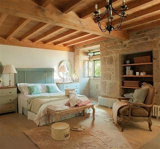 dormitorio blanco, beige y turquesa casa de piedra