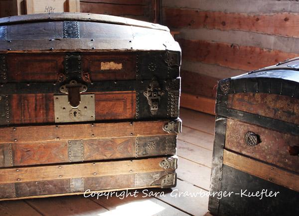 decorar con baules  antiguos-baúl con puerta curvada de viaje