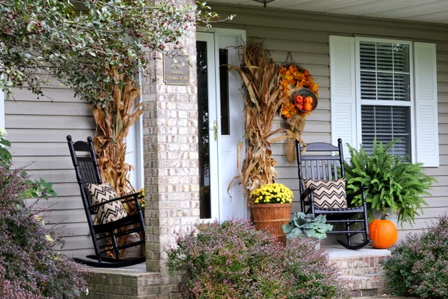 Fall front porch decor with a vintage flair @ houseofhawthornes.com