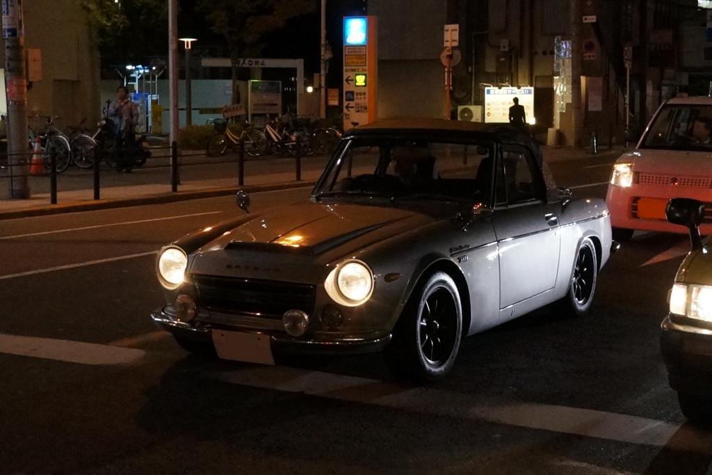 Datsun Fairlady, nocna fotografia, samochody nocą, auta po zmroku, wieczorem, mrok, japońskie, motoryzacja, JDM, tuning, zdjęcia, photos, at night, cars, photography