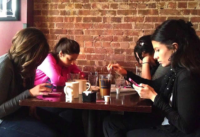 """É engraçado, o Facebook banca de rede social, mas na prática estamos nos desconectando"","