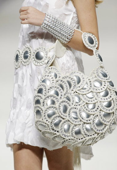 Acessórios de materiais reciclados, malas cintos e pulseiras