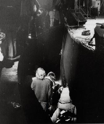 Momento en el que socorren a Zappa en el foso del Rainbow