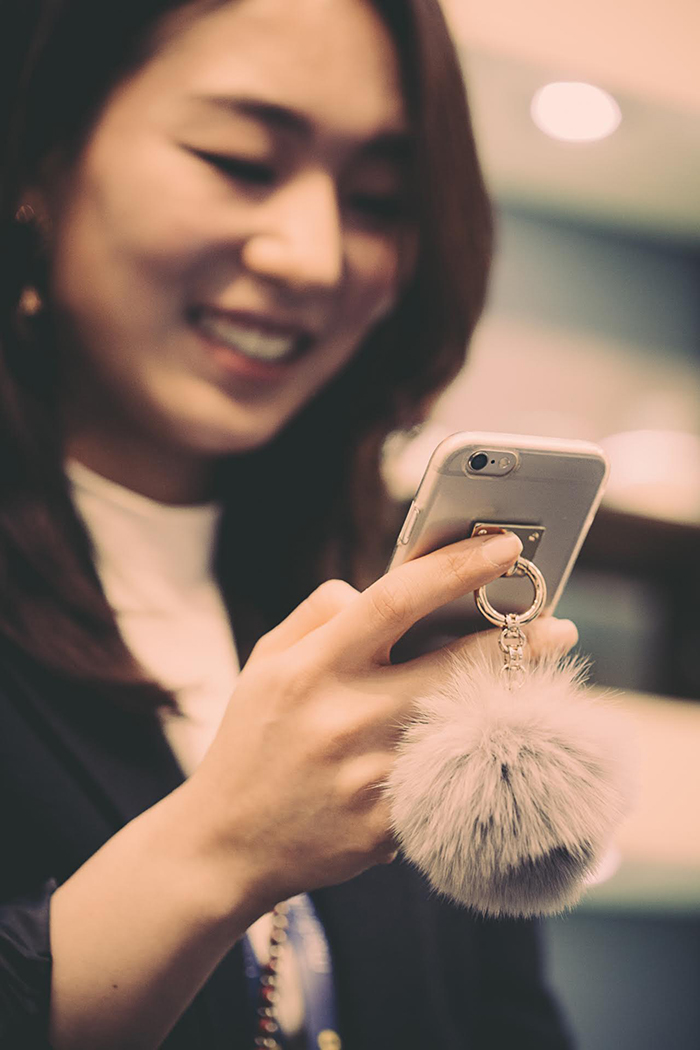 POMPOM-CHARM-PHONE-FASHION-TREND-TALESTRIP-COREA