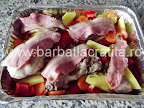 Iepure la cuptor cu legume preparare reteta - aranjam legumele printre bucatile de carne
