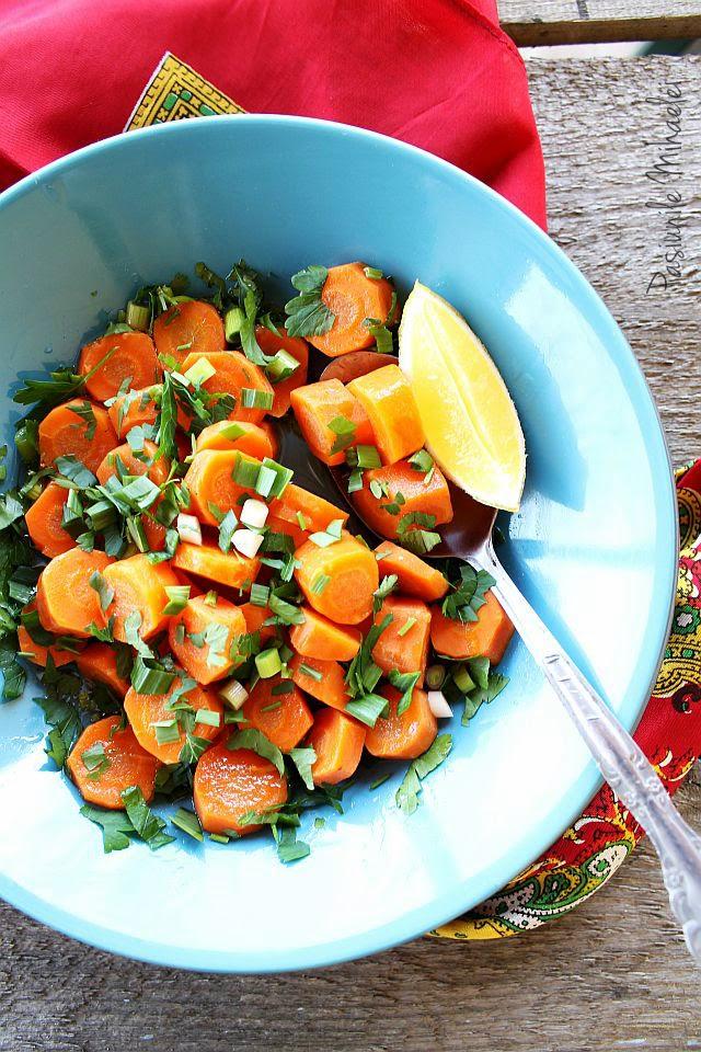 Salata aperitiv cu morcovi, verdeturi si usturoi