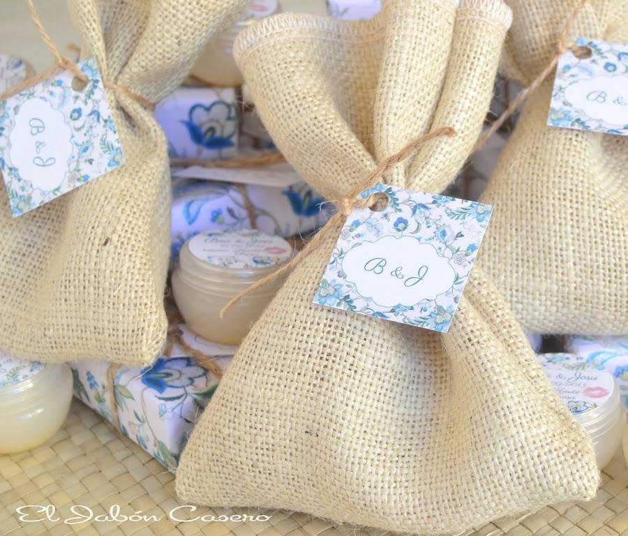 detalles de boda en azul saquitos con jabones y balsamos