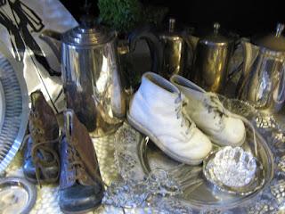 alte Kinderschuhe auf dem Silbertablett