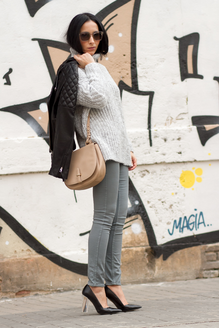 Outfit de blogger de moda withorwithoutshoes con tonos grises y jeans reversibles B Side de Meltin' Pot zapatos tacon de metacrilato