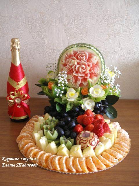 карвинг композиция с арбузом, цветами и красивой фруктовой нарезкой
