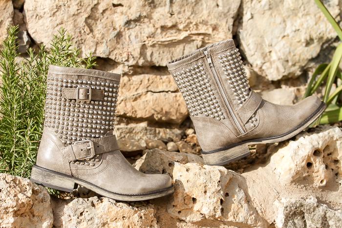 botas en cuero de color gris topo con tachuelas plateadas modelo Monicaa de Steve Madden