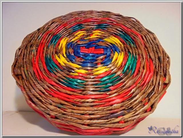 поднос из цветных газетных трубочек