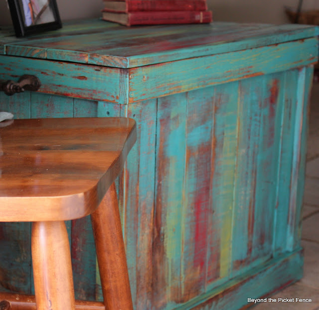 pallet furniture, trunk, storage, paint, rustic furniture, Beyond The Picket Fence, http://bec4-beyondthepicketfence.blogspot.com/2013/03/pallet-chest.html