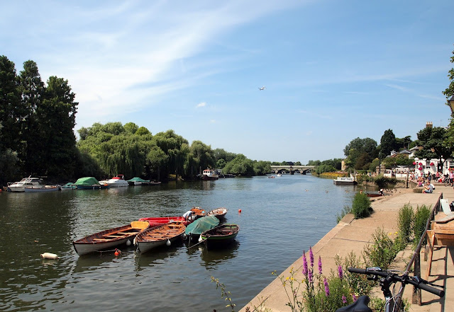 The Thames Path, Richmond - on a summery London day